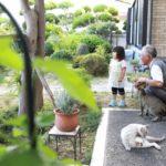 おじいちゃんと孫と猫