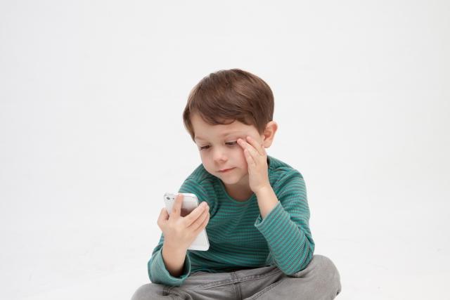Googleアップデートを見て悩む男の子